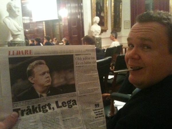 Jag i fullmäktigesalen tillsammans med gårdagens rubriker