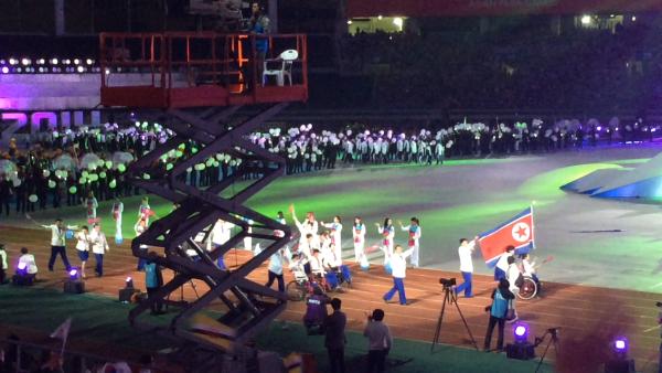 Nordkoreas deltagare i Asia Para Games fick ett varmt mottagande i Sydkorea.