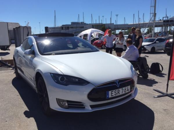 Provkörde elbilen Tesla tillsammans med staben i torsdags.